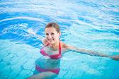 Retrato de una mujer joven relajante en la piscina — Foto de Stock