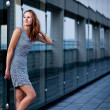 Young woman posing inside a modern top architecture building com — Photo