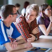 Bir sınıfta s tam oturan genç, yakışıklı üniversite öğrencisi — Stok fotoğraf