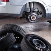 Inside a garage - changing wheels and tires — Stockfoto