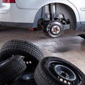 Uvnitř garáže - měnící se kola a pneumatiky — Stock fotografie