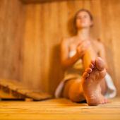 Mujer joven en una sauna relajante — Foto de Stock