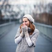 осенний портрет: молодая женщина, одетая в теплый шерстяной кардиган, позируя вне в городском парке — Стоковое фото