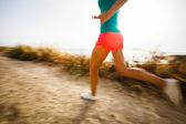 Jeune femme sur son jogging du soir le long de la côte — Photo