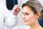 Conceito de optometria - bela jovem ter seus olhos examinados — Foto Stock
