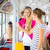 漂亮的女人对路面电车、 缆车 — 图库照片