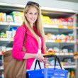 Beautiful young woman shopping in a grocery supermarket — Lizenzfreies Foto