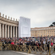 VATICAN CITY, VATICAN - Tourists and pilgrims on the Saint Peter's S - 图库照片