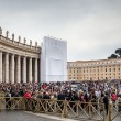 VATICAN CITY, VATICAN - Tourists and pilgrims on the Saint Peter's S - Stockfoto
