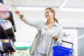 美しい若い女性は、食料品スーパー マーケットでのショッピング — ストック写真