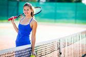 Genç ve güzel bir tenisçi boşaltmak ile portresi — Stok fotoğraf