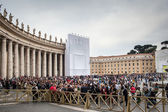 VATICAN CITY, VATICAN - Tourists and pilgrims on the Saint Peter's S — Stock Photo