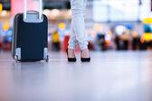 довольно молодая женщина пассажир в аэропорту — Стоковое фото
