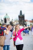 Två kvinnliga turister promenader längs karlsbron medan syn — Stockfoto
