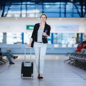 Hübsche junge frau passagier am flughafen — Stockfoto