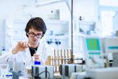 Jonge mannelijke onderzoeker uitvoeren van wetenschappelijk onderzoek in een lab — Stockfoto
