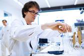 Jeune chercheur mâle effectuent des recherches scientifiques dans un laboratoire — Photo