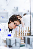 Young male researcher carrying out scientific research in a lab — Stockfoto