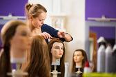 Jolie femelle coiffeur - coiffure apprenti — Photo