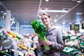 Mujer bonita, joven, las compras de frutas y verduras — Foto de Stock