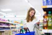 Woman shopping in a grocery store — Stock Photo