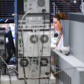 Vrouwelijke onderzoeker in een chemie lab — Stockfoto