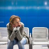 Triste y solo en una gran ciudad — Foto de Stock