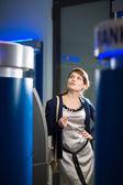 Mujer retirar dinero en cajeros automáticos — Foto de Stock
