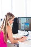 Telefonu ve laptop çalışma kız öğrenci — Stok fotoğraf