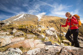 Female hiker going uphill — Stockfoto