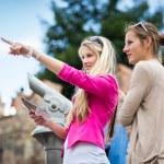 Women sightseeing in Prague historic center — Stock Photo