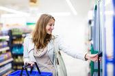 Femme, faire du shopping dans un magasin d'alimentation, supermarché — Photo