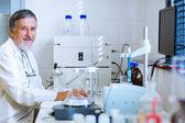 Mâle chercheur dans un laboratoire — Photo