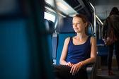 Donna che viaggia in treno — Foto Stock