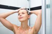 Mujer lavarse el cabello con champú — Foto de Stock