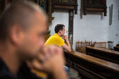 Man praying in a church — Stockfoto