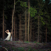 Прекрасная невеста в лесу — Стоковое фото