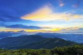 Montaña majestuosa puesta del sol y cielo con nubes colores — Foto de Stock