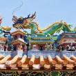 Dragon statues in Chinese style on top of temple roof — Stock Photo