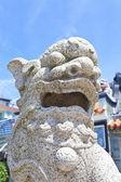 Statua del leone all'esterno di un tempio — Foto Stock