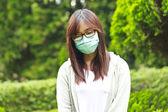 Máscara vistiendo de mujer en el parque — Foto de Stock