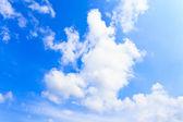 青い空と雲の背景 — ストック写真