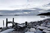 černé a bílé fotografie oblohy a moře při západu slunce — Stock fotografie