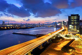Puente de la ciudad moderna al atardecer — Foto de Stock