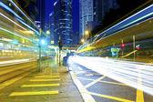 香港の近代的な建物の背景に光の道 — ストック写真