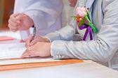 Wedding couple leaving their signatures — Stockfoto