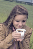 Fille boit du café avec plein air plaisir — Photo