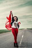 Piękne dziewczyny na drodze z tkaniny, otwierając szeroko od wiatru — Zdjęcie stockowe