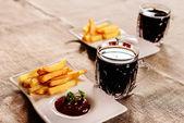 Frytki i sos danie z kwas chlebowy — Zdjęcie stockowe