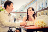 Ungewöhnliche hochzeit-liebespaar im café trinkt cappuccino — Stockfoto
